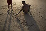 Мальчик пишет на песке Палестина