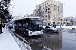 Автобус на заснеженной улице Баку, архивное фото