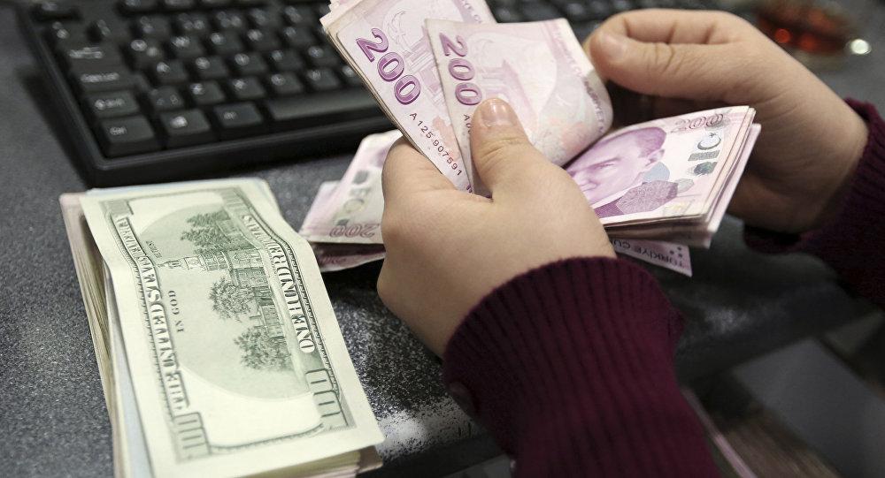Девушка пересчитывает деньги, фото из архива