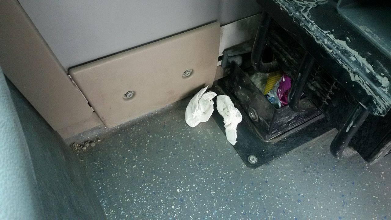 BakuBus MMC-yə aid avtobusun salonunda məişət tullantıları