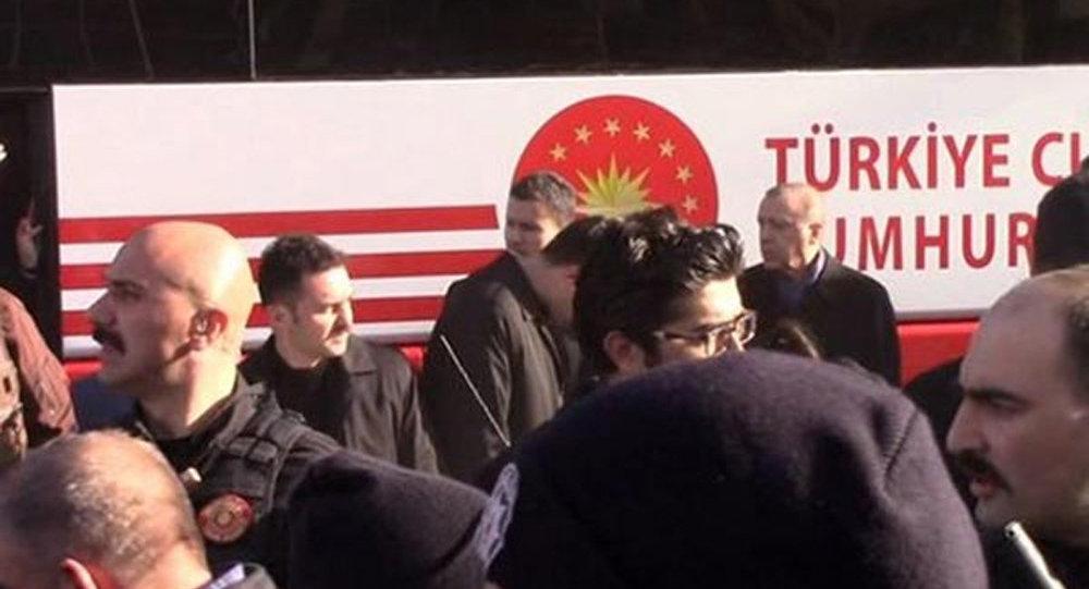 Охранника Эрдогана задавил президентский автобус