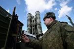 Военнослужащий у зенитного ракетного комплекса (ЗРК) Триумф С-400 во время несения боевого дежурства зенитными ракетными дивизионами Минобороны в Московской области