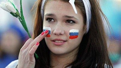 Üzündə Rusiya bayrağı çəkmiş qız