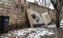 Şamaxı şəhərinin girişindəki qala divarları önündə yerləşdirilən barelyeflər baxımsızlıqdan uçub-tökülüb