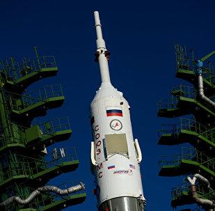 Установка ракеты-носителя Союз-ФГ с транспортным пилотируемым кораблем Союз МС-02 в пусковую установку на стартовой площадке космодрома Байконур.