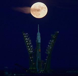 Ракета-носитель Союз-ФГ на фоне суперлуны на космодроме Байконур