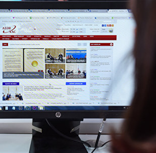 Девушка за просмотром новостного сайта, фото из архива