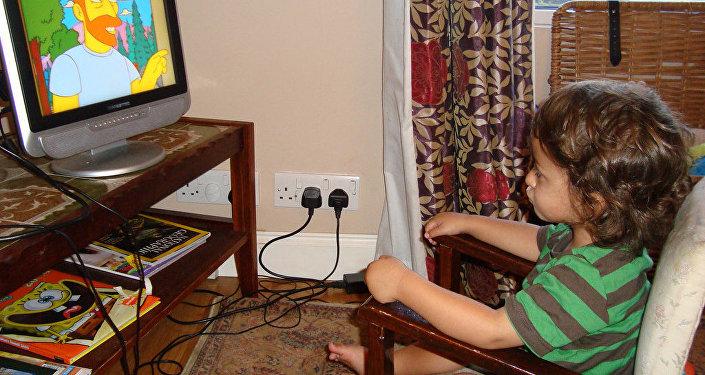 Ребенок смотрит мультфильм Симсоны, фото из архива
