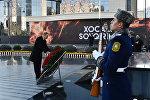 Президент Ильхам Алиев возлагает венок к памятнику жертвам Ходжалинской трагедии, 26 февраля 2017 года