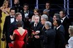 89-я церемония вручения кинопремии Оскар. Голливудский актер Уоррен Битти после того, как он неправильно назвал победителя в номинации Лучший фильм