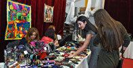 Продажа национальных сувениров в ходе Baku Fashion Night
