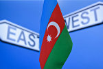 Azərbaycan bayrağı, arxa fonda ingiliscə Şərq və Qərb sözləri yazılıb