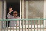 Свергнутый бывший президент Египта Хосни Мубарак приветствует своих сторонникам из своей комнаты в военном госпитале Маади, 6 октября 2016 года