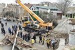 Восстановительные работы на месте развалившегося моста