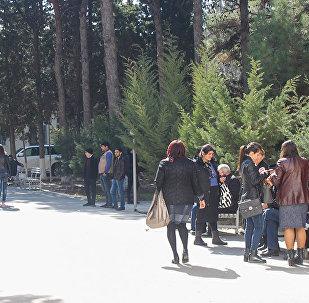 Qəzada xəsarət alanların yaxınları Sumqayıt Təcili Tibbi Yardım Xəstəxanasının həyətində