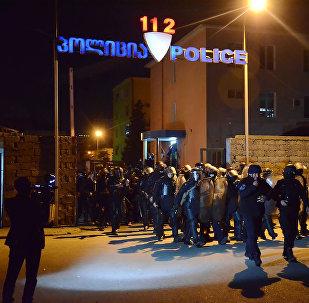 Полицейский спецназ выводят на улицы Батуми для устранения беспорядков