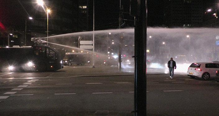 Беспорядки в Роттердаме: полиция разогнала акцию водометами