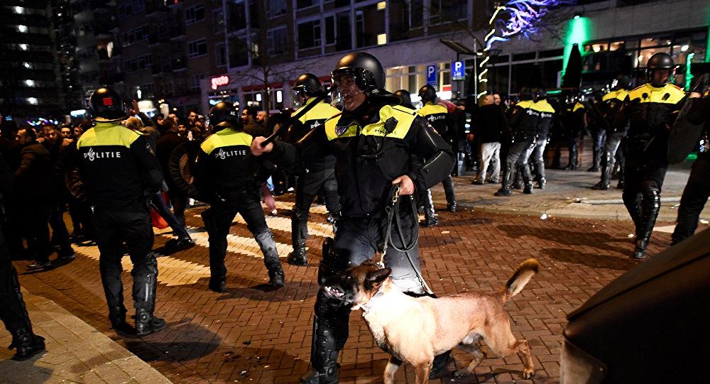 Столкновения сотрудников полиции специального назначения с демонстрантами на улицах возле турецкого консульства в Роттердаме, Нидерланды, 12 марта 2017 года
