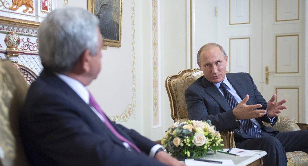 Президент России Владимир Путин (справа) и президент Армении Серж Саргсян, фото из архива