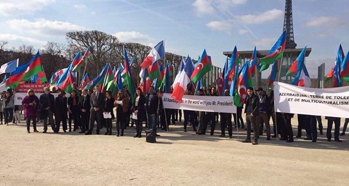 В Париже прошла акция в поддержку президента Ильхама Алиева