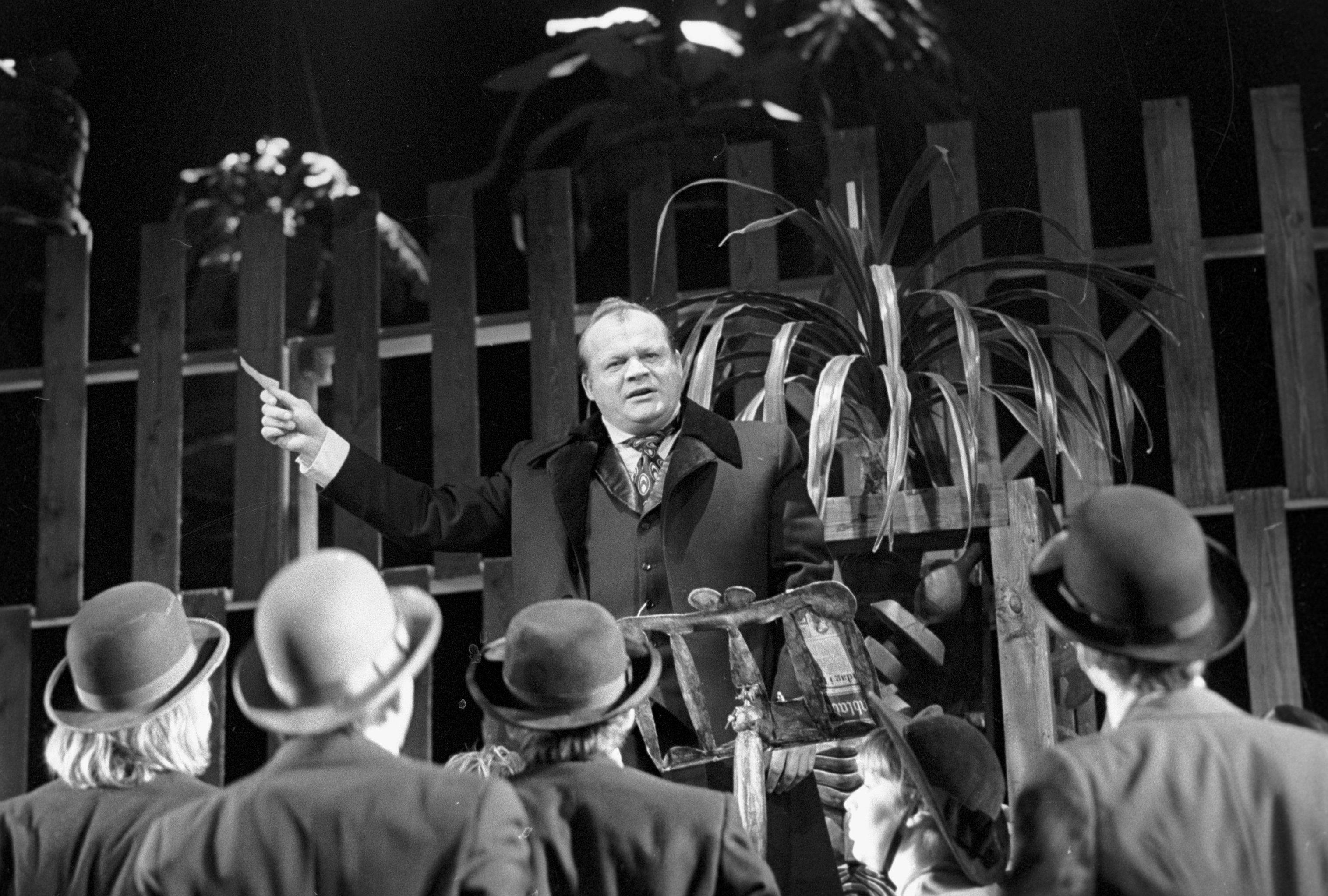 Актер Петр Щербаков в спектакле по пьесе Генри Ибсена Доктор Стокман на сцене Московского театра Современник