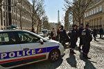 Cотрудники французской полиции у главного входа парижского офиса Международного валютного фонда, 16 марта 2017 года