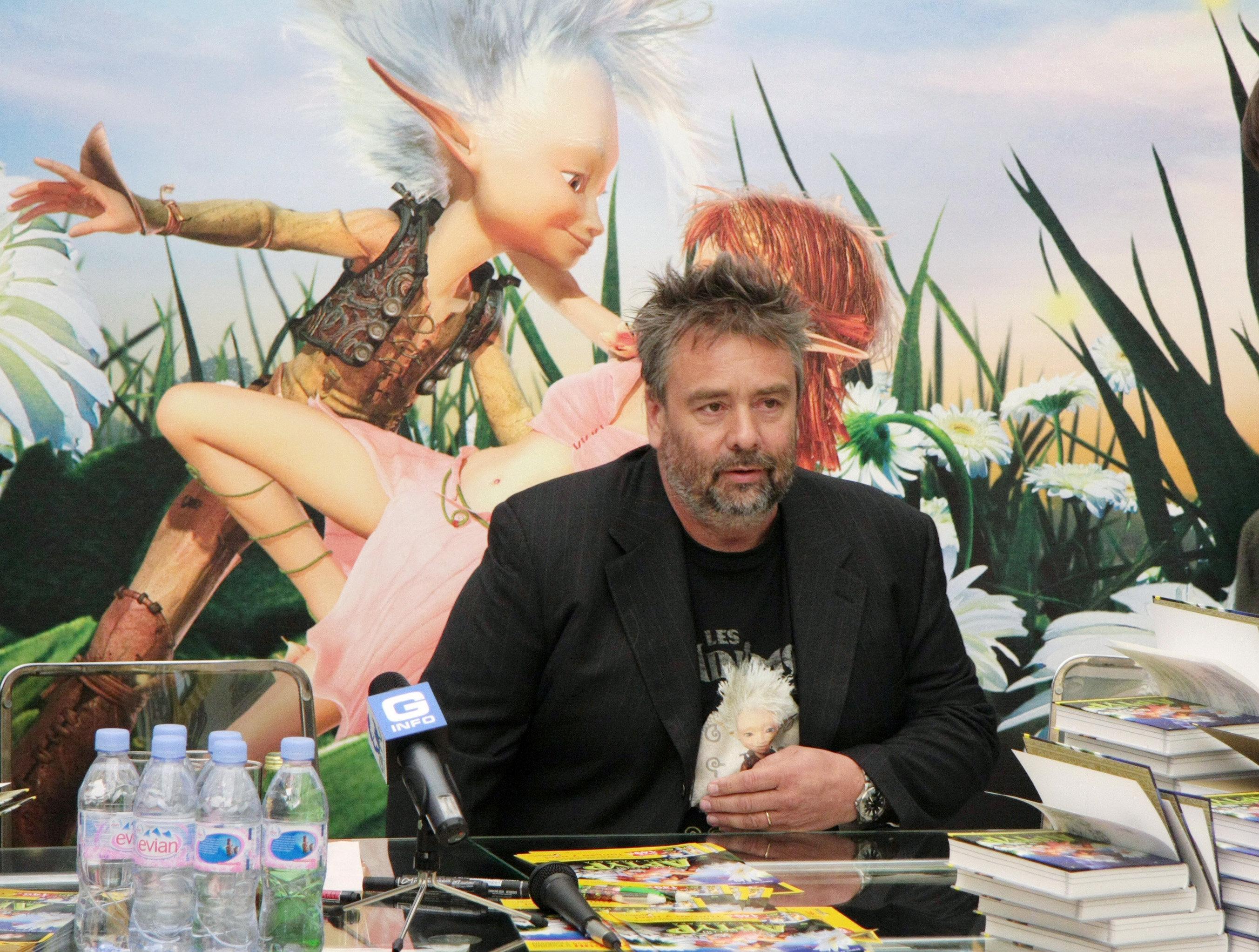 Французский режиссер Люк Бессон, прибывший в Москву для представления анимационного фильма Артур и месть Урдалака, во время автограф-сессии во Дворце связи Евросети в Москве