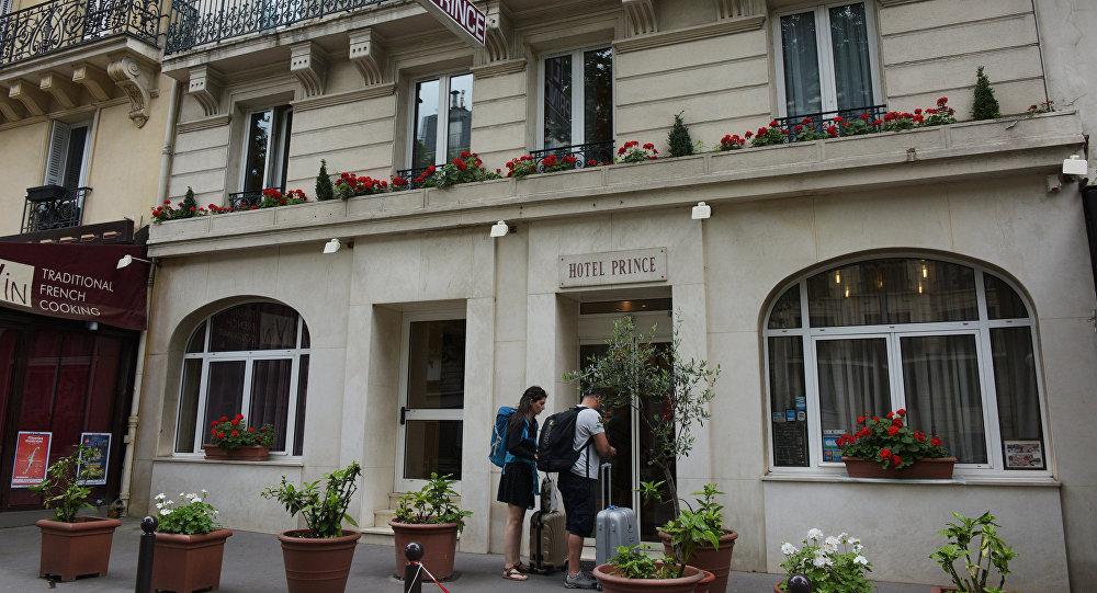 Туристы у входа в гостиницу, фото из архива