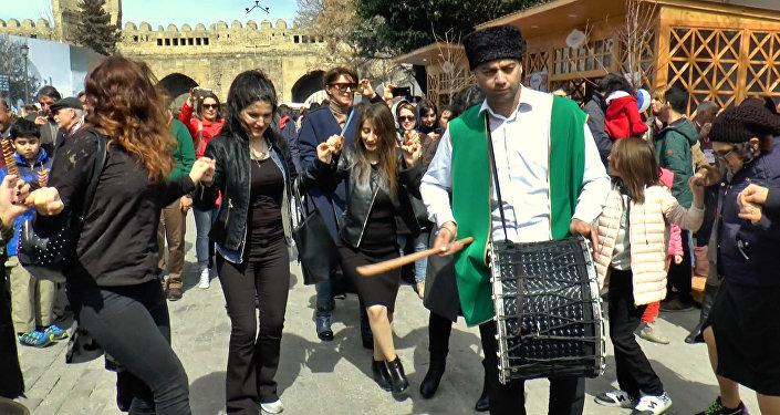 Привет, весна: танцами и хороводами жители Баку встречают Новруз