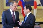 Министр иностранных дел Японии Фумио Кисида и министр иностранных дел РФ Сергей Лавров (слева) во время встречи в рамках своего визита в Японию.