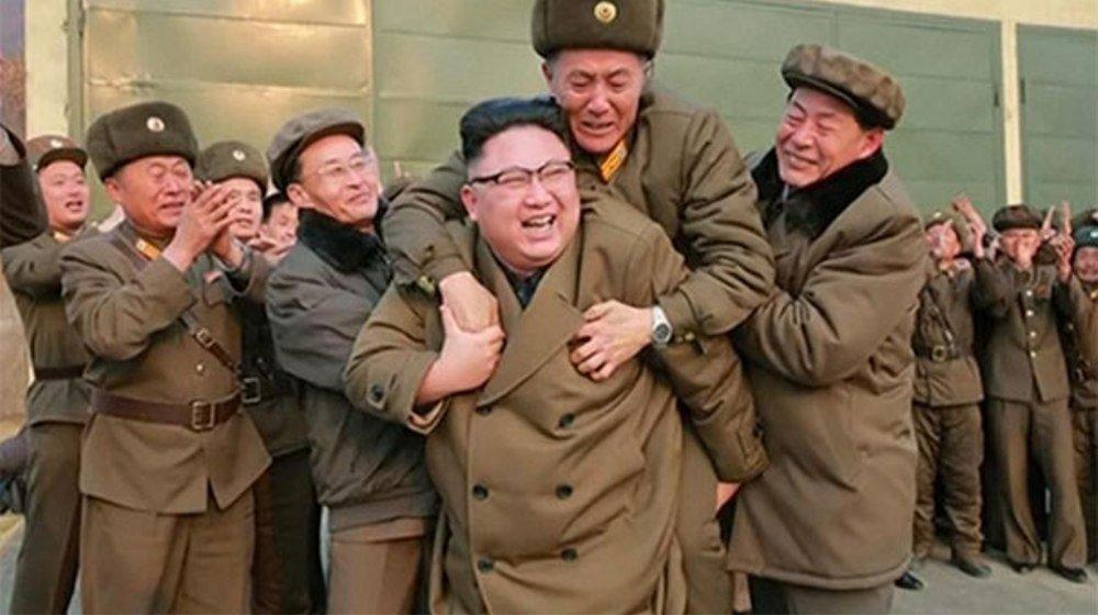 Kim Çen In raket mühərriki sınağına sevinərkən