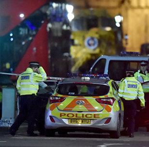 Полицейские на месте теракта на Вестминстерском мосту в Лондоне, 22 марта 2017 года