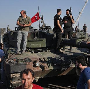 Люди на танках, брошенных путчистами, на фоне знаменитого Босфорского моста в Стамбуле, 16 июля 2016 года
