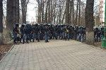 Сотрудники МВД у здания ГКНБ во время митинга в поддержку экс-депутата Садыра Жапарова у здания ГКНБ в Бишкеке