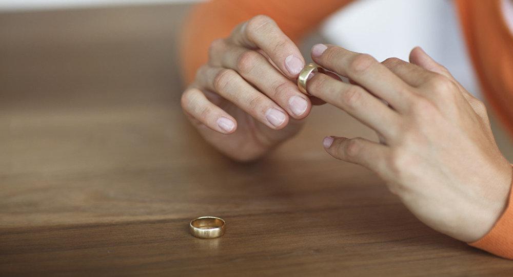 Девушка снимает с пальца обручальное кольцо, фото из архива