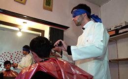Парикмахер из Азербайджана стрижет с завязанными глазами