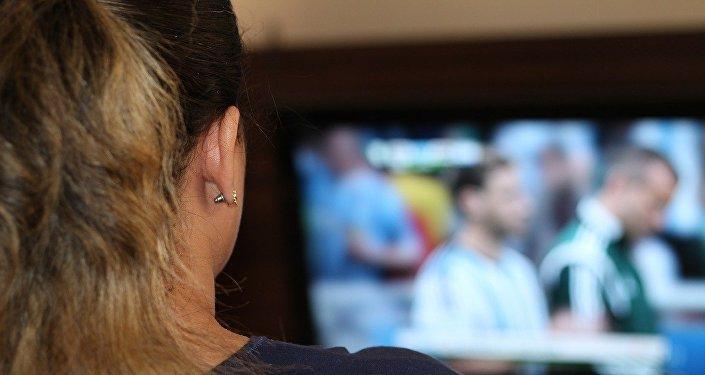 Женщина за просмотром телевизора, фото из архива