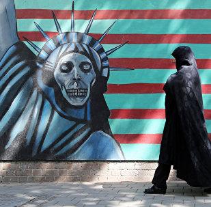 Женщина проходит мимо антиамериканской настенной росписи, изображающей Статую Свободы на стене бывшего американского посольства в Тегеране, фото из архива