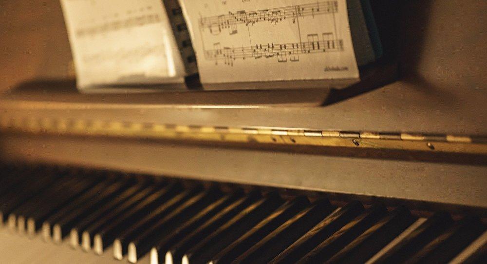 Нотные записи и фортепиано, фото из архива