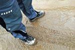Мужчина в грязной обуви, фото из архива