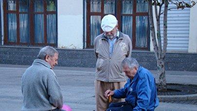 Пожилые люди, фото из архива
