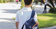 Школьник с рюкзаком, фото из архива