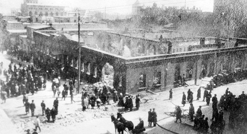 Редакция газеты Каспий на улице Николаевская (ныне Истиглалият) после пожара в ходе мартовских событий в Баку