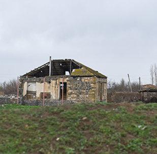 Многие дома были разрушены в результате апрельских столкновений 2016 года