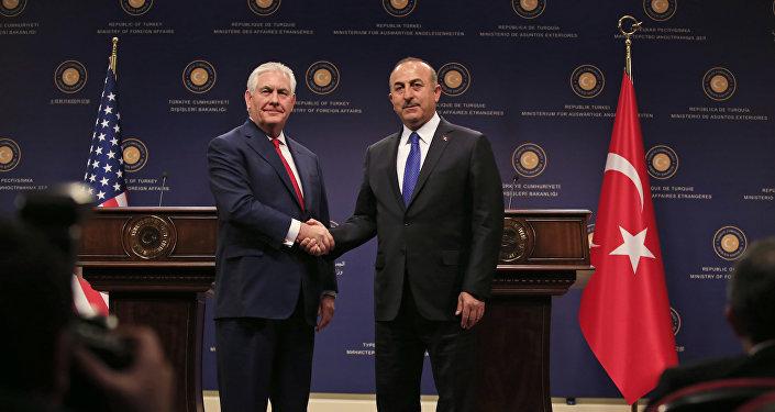 Глава МИД Турции Мевлют Чавушоглу  жмет руку госсекретарю США Рексу Тиллерсону в ходе пресс-конференции после их встречи в Анкаре, Турция, 30 марта 2017 года