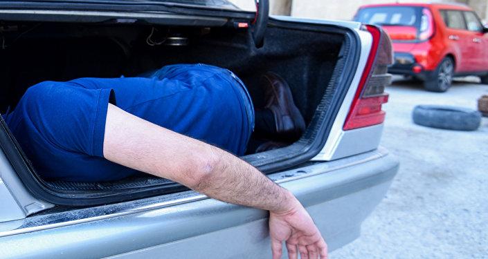 Мужчина в багажном отделении автомобиля, фото из архива