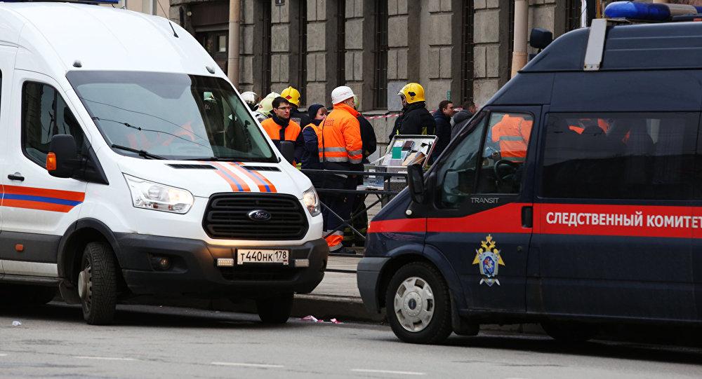 Автомобиль аварийно-спасательной службы и автомобиль следственного комитета РФ у станции метро Технологический институт в Санкт-Петербурге, где произошел взрыв