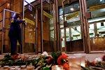 Цветы и свечи у входа в вестибюль станции метро Спасская в память о погибших в результате взрыва в метрополитене Санкт-Петербург