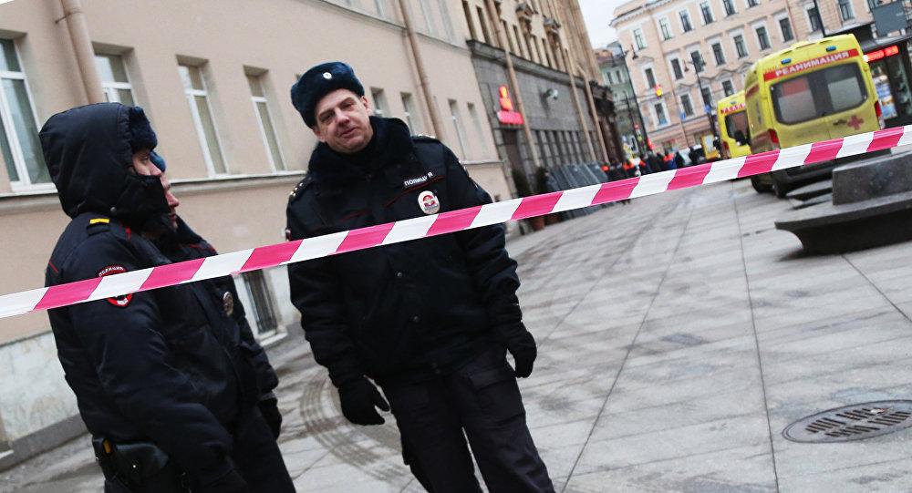 Сотрудники правоохранительных органов у станции метро Технологический институт в Санкт-Петербурге, где произошел взрыв