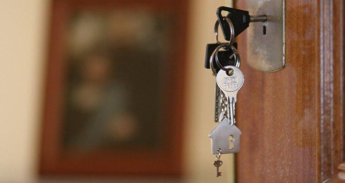 Ключ в замке двери, фото из архива